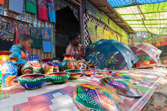 Las artesanías perpared para la venta por la mujer india rural con los niños Foto de archivo libre de regalías