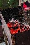 Las ascuas que brillan intensamente que ascienden sobre una hoguera grande en brasero Fotografía de archivo libre de regalías