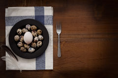 Las aves de corral eggs todavía la vida puesta plano rústica con la comida elegante Fotos de archivo