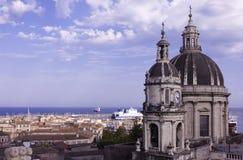 Las bóvedas de la catedral dedicaron al santo Agatha La vista de la ciudad de Catania foto de archivo libre de regalías