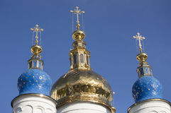 Las bóvedas de oro de la catedral de la Sophia-suposición del St en Tobolsk imagen de archivo