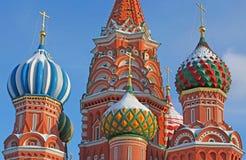 Las bóvedas formadas cebolla de la albahaca del santo en Moscú Fotografía de archivo