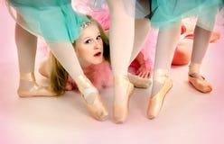 Las bailarinas señalan sus dedos del pie Imágenes de archivo libres de regalías