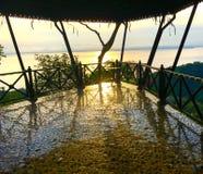 Las baldosas del balcón reflejan la luz caliente de la puesta del sol Fotos de archivo libres de regalías