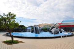 Las ballenas (arte de instalación) en una piscina que vadea foto de archivo