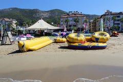 Las balsas inflables para el entretenimiento de la gente de reclinación mienten en la orilla arenosa del mar Mediterráneo Imágenes de archivo libres de regalías