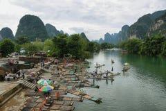 Las balsas y las montañas de bambú del karst reflejaron en el río de Yulong Imagen de archivo libre de regalías