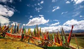 Las banderas budistas del rezo en la montaña tibetana ajardinan Fotografía de archivo