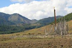 Las banderas budistas fueron instaladas en el campo cerca de Gangtey (Bhután) Imágenes de archivo libres de regalías