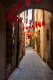 Las banderas coloridas del partido agitan en un pequeño callejón Imágenes de archivo libres de regalías