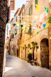 Las banderas coloridas del partido agitan en un pequeño callejón Imagen de archivo