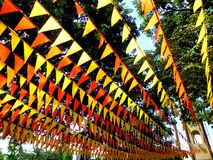 Las banderas coloridas usadas para la decoración durante una ciudad festejan Imagenes de archivo
