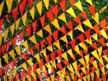Las banderas coloridas usadas para la decoración durante una ciudad festejan Fotografía de archivo