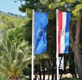 Las banderas croatas y europeas que flotan de lado a lado Imagenes de archivo