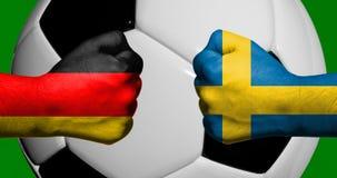 Las banderas de Alemania y de Suecia pintadas en dos apretaron los puños que se hacían frente con el balón de fútbol del primer 3 ilustración del vector