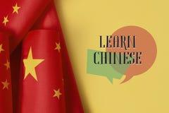 Las banderas de China y del texto aprenden chino fotos de archivo
