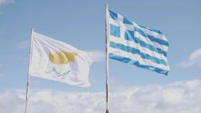Las banderas de Chipre y de Grecia se están colocando próximas almacen de video