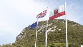 Las banderas de Gibraltar, Del Reino Unido y De la UE almacen de metraje de vídeo