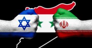 Las banderas de Israel y de Irán pintados en dos apretaron los puños que hacían frente al ea foto de archivo