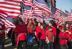 Las banderas de los E.E.U.U. como niños celebran el Año Nuevo chino, 2014, año del caballo, Los Ángeles, California, los E.E.U.U. Fotos de archivo