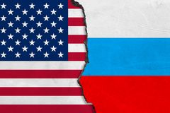 Las banderas de los E.E.U.U. y de Rusia pintaron en la pared agrietada stock de ilustración