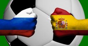 Las banderas de Rusia y de España pintadas en dos apretaron los puños que se hacían frente con el balón de fútbol del primer 3d e libre illustration