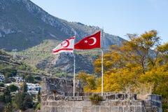 Las banderas de Turquía y la República turca de Chipre septentrional Imagen de archivo libre de regalías