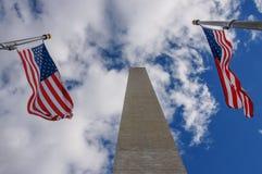 Las banderas de Washington Monument y de los E.E.U.U. Foto de archivo