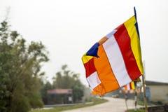 Las banderas del budista en fondo borroso Fotografía de archivo