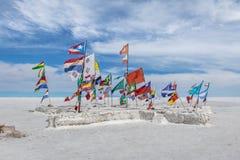 Las banderas del mundo en Salar de Uyuni salan el plano - departamento de Potosi, Bolivia imagen de archivo libre de regalías