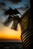 Las banderas del pote soplan en el viento en un barco de pesca en el amanecer fotografía de archivo libre de regalías