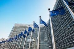 Las banderas europeas delante de la Comisión Europea establecen jefatura en Bruselas, Bélgica Imagen de archivo libre de regalías