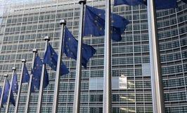 Las banderas europeas en frente el edificio de Berlaymont, jefaturas encargan en Bruselas Fotos de archivo libres de regalías