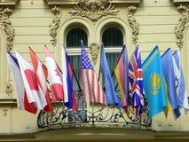 Las banderas internacionales que vuelan del balcón, Karlovy varían, República Checa Imágenes de archivo libres de regalías