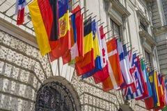 Las banderas nacionales del mundo están volando Los Naciones Unidas Imagenes de archivo