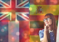 las banderas principales de la lengua coinciden con las luces del color alrededor del pensamiento de la mujer joven Imagen de archivo libre de regalías