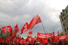 Las banderas rojas salieron del frente para protestar la oposición rusa Foto de archivo libre de regalías