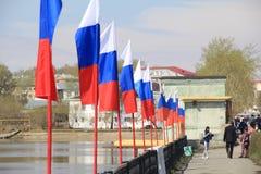 Las banderas rusas se colocan a lo largo del río imagenes de archivo