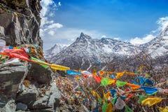 Las banderas tibetanas del rezo del budista en el top de la montaña Foto de archivo
