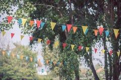 Las banderas triangulares coloridas de adornado celebran Imágenes de archivo libres de regalías
