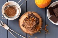 Las barras de chocolate hechas en casa con las cáscaras de naranja y el cacao frescos encendido cortejan Imágenes de archivo libres de regalías