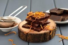 Las barras de chocolate hechas en casa sabrosas adornadas con las cáscaras de naranja encendido cortejan Fotografía de archivo libre de regalías