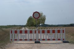 Las barricadas con el ` verboten de Durchfahrt del ` NO INCORPORAN la señal de tráfico alemana imagen de archivo libre de regalías