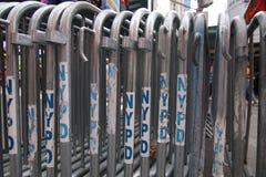 Las barricadas de acero de NYPC se alinearon en fila foto de archivo