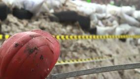 Las barricadas del casco de la construcción de la nieve ponen un neumático los alambres de púas