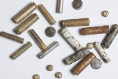 Las baterías satisfechas del diverso tamaño cubierto con la corrosión reciclaje foto de archivo libre de regalías