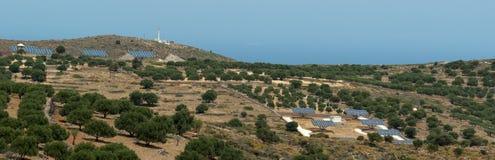Las baterías solares en montañas acercan a los olivos Imagen de archivo libre de regalías