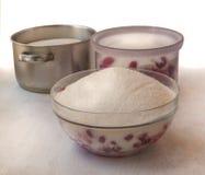 Las bayas de la frambuesa se cubren con el azúcar en un cuenco Fotografía de archivo libre de regalías