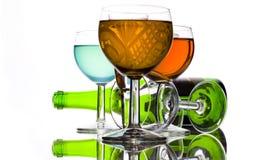 Las bebidas colorean y la botella de vino Imagen de archivo libre de regalías