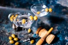 Las bebidas de martini de la bebida larga con la aceituna adornan Fotografía de archivo libre de regalías
